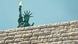 Freiheitsstatue hinter Mauer: 100 days of Donald Trump. Kommentar von Wirtschaftsethik-Professor Florian Wettstein.